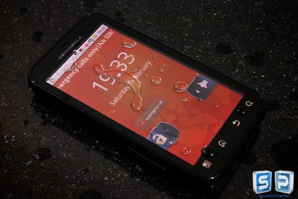 Motorola Defy : ใครว่าสมาร์ทโฟนนั้นบอบบาง