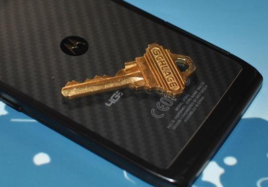 พิสูจน์ความแกร่งฝาหลัง Motorola Droid RAZR: เคฟล่าปะทะกุญแจ
