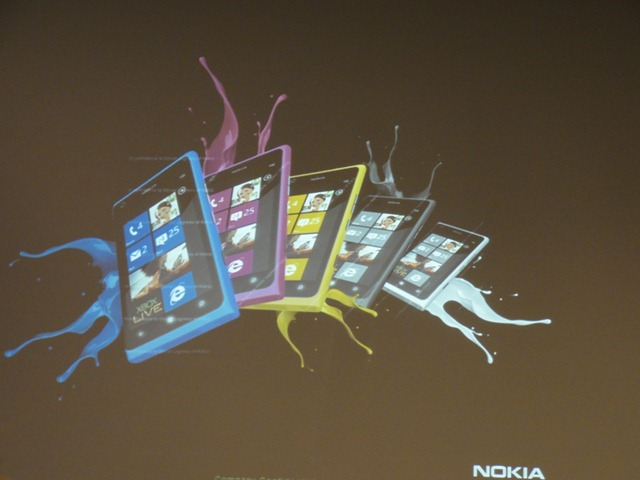 มือถือสีกล้วย! โผล่ Nokia Lumia 800 สีเหลือง และสีขาว จากสไลด์อีเวนท์ Microsoft ฝรั่งเศส [อัพเดท: อาจเป็น Nokia Lumia 900!]