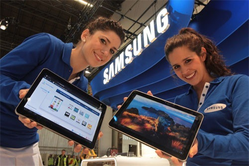 samsung-galaxy-tab-girls-holding-devices