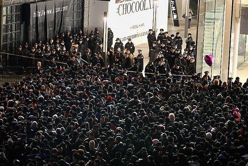 ตีกันตามระเบียบ! งานเปิดตัว iPhone 4S ในจีน ชลมุนวุ่นวายจนต้องเรียก SWAT มาคุม