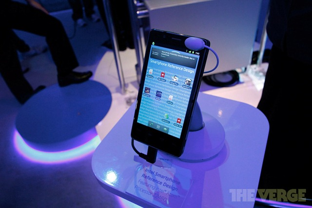 intel-medfield-reference-ces-2012-hands-_MG_5117-rm-verge-1020_gallery_post