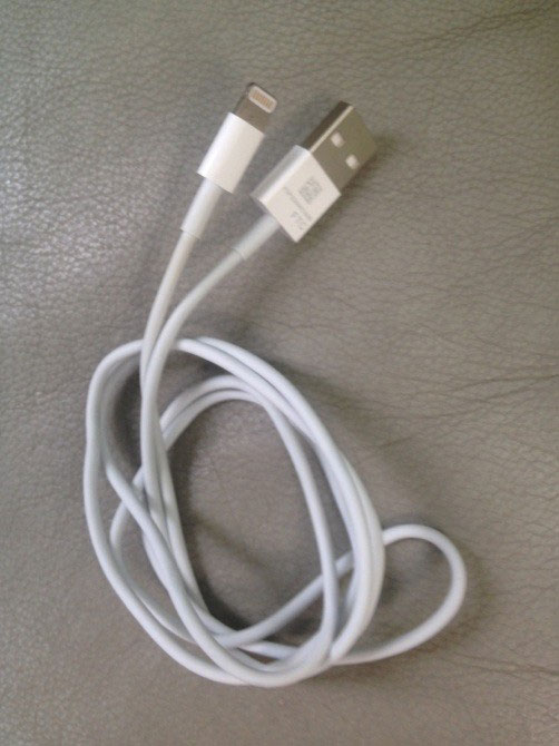 สายซิงก์แบบใหม่ใน iPhone 5 จะมีเก้าพินและรองรับ USB 3.0 เพื่อการเชื่อมต่อที่เร็วกว่าเดิม