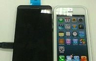 ปรากฏ BlackBerry L ซีรีย์ถ่ายรูปคู่กับ iPhone 5 ขนาดพอๆ กันเเต่หน้าจอใหญ่กว่าเล็กน้อย