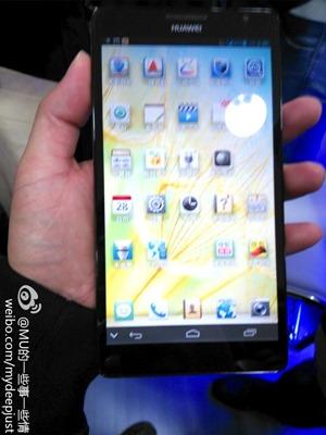 มีอยู่จริง ผู้บริหาร Huawei โชว์ Ascend Mate มือถือจอ 6 นิ้วคาร้าน