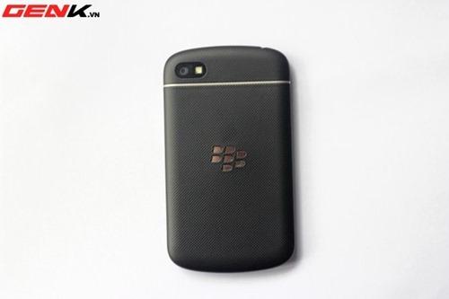 หลุดเครื่อง BlackBerry Q10 ฝาหลังอาจจะเป็นยางแทนพลาสติกลายเคฟล่าแบบเดิม