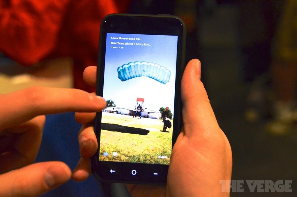[Hands-on] HTC First สมาร์ทโฟนรุ่นแรกที่ใช้งานลันเชอร์ Facebook Home ตั้งแต่แกะกล่อง