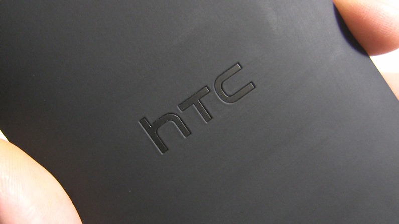 HTC_DROID_DNA_TA_Back_Close_Up_Of_Logo_02