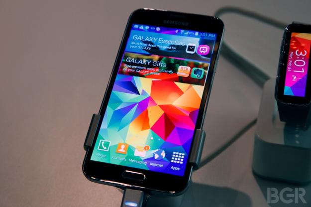 เกิดเป็นโกโก้ครันซ์!! Samsung Galaxy S5 อาจระเบิดได้ถ้าคุณใช้ค้อนทุบมัน