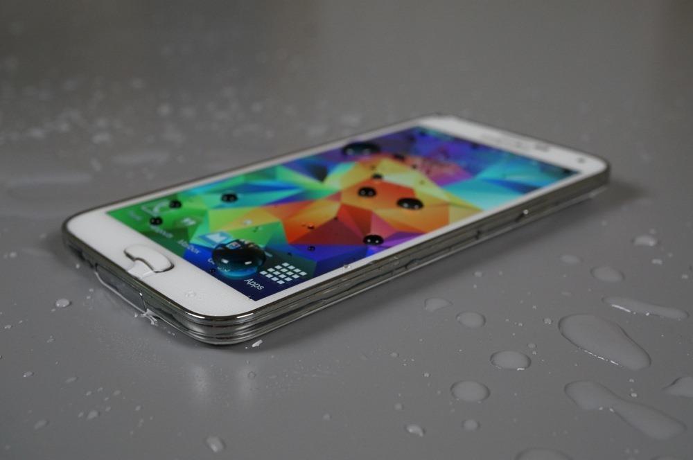 ลือ Samsung, HTC, Lenovo และผู้ผลิตมือถืออื่นเตรียมส่งมือถือกันน้ำหลากรุ่นลงตลาดปีหน้า