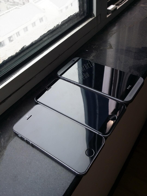 ภาพเปรียบเทียบระหว่าง iPhone 6 เครื่อง mockup กับ iPhone 5s และ HTC One