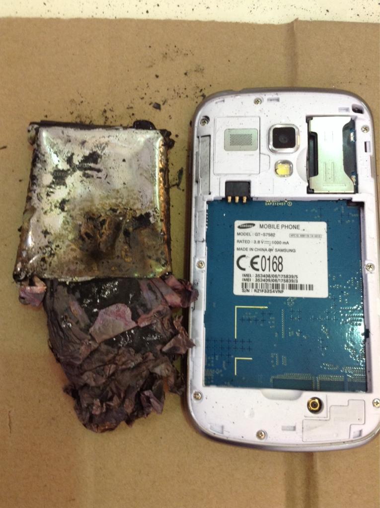 เกิดเหตุ Samsung Galaxy S Duos 2 แบตเตอรี่เครื่องเดโมหน้าร้านระเบิด ไม่มีผู้บาดเจ็บ