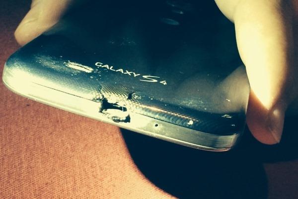 ข้ามหน้าข้ามตา HTC ส่ง One M8 ให้ผู้ใช้ที่ทำ Samsung Galaxy S4 ไหม้ตัดหน้า Samsung ที่ทำเป็นเพิกเฉย
