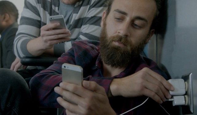 Samsung ปล่อยโฆษณาแซะผู้ใช้ iPhone ว่าต้องทำตัวติดผนังตลอดเวลา เพราะต้องชาร์จแบต
