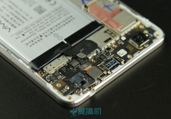 แยกชิ้นส่วนสมาร์ทโฟนที่บางที่สุดในโลกมาดูกันกับ Vivo X5 Max