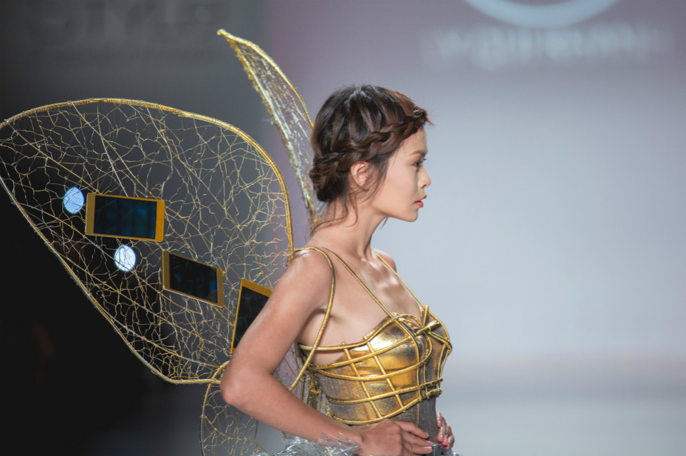6. Closeup of the opening outfit based on the OPPO R5