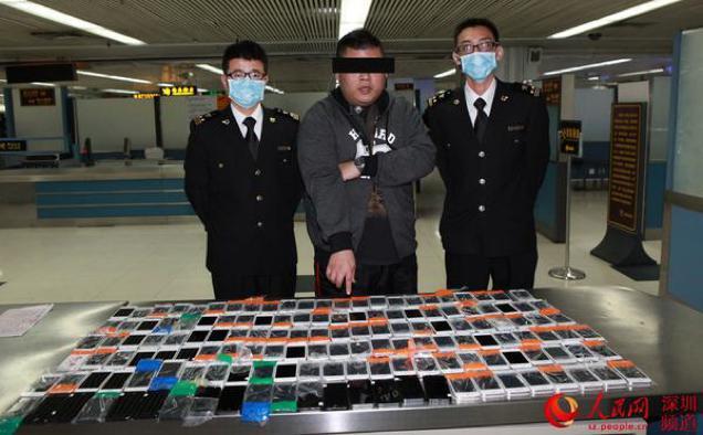 ตม.จีน จับชายลักลอบนำเข้า iPhone 146 เครื่อง โดยซุกซ่อนอยู่รอบเอวตัวเอง