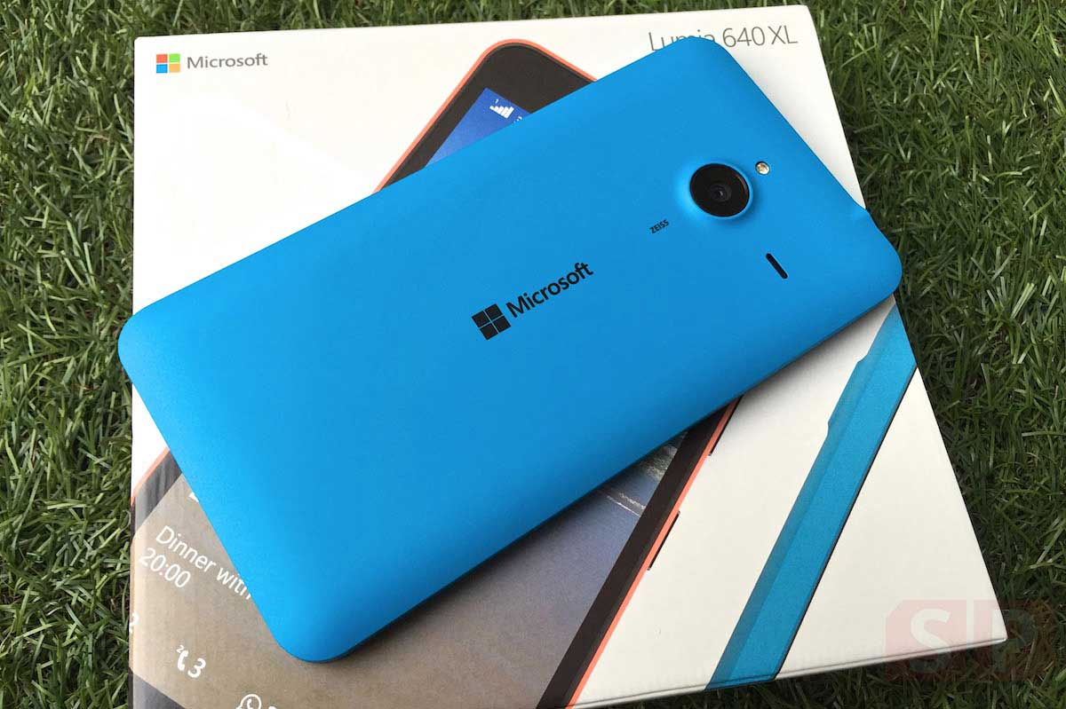 Unbox-Preview-Microsoft-Lumia-640XL-SpecPhone-009