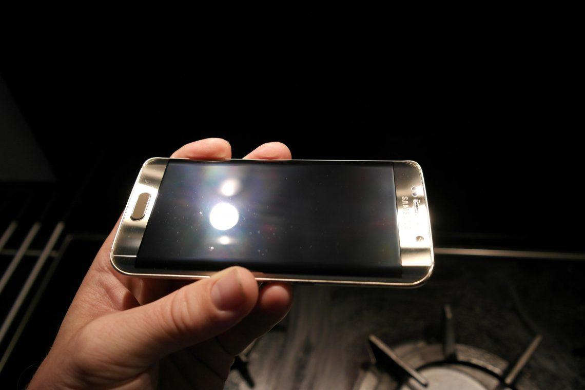 งานเข้าละไง เคส Samsung Clear View ของ Galaxy S6 และ S6 Edge เป็นต้นเหตุให้จอเป็นรอย