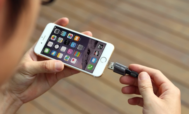 MemoryCable-stores-up-to-128GB-of-content-fro-your-iPhone