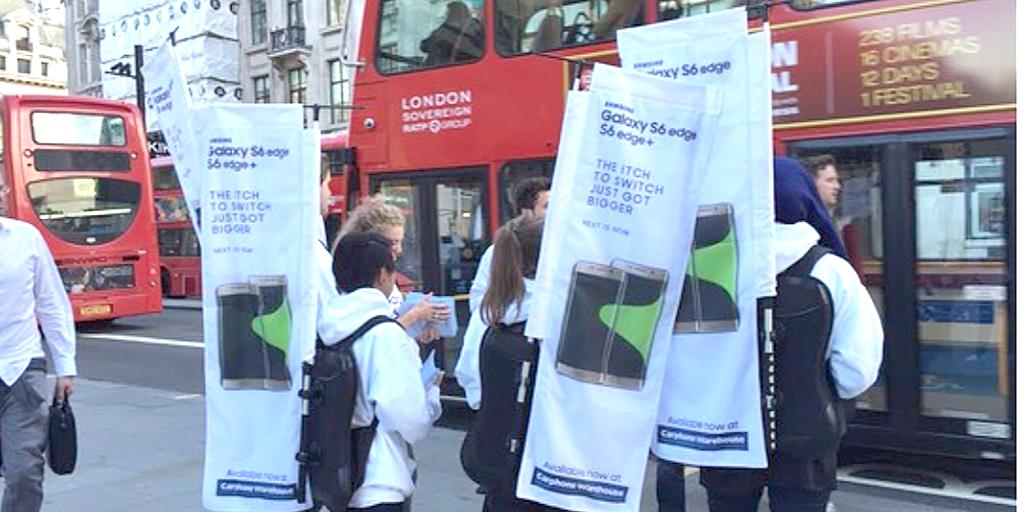 Samsung ร่วมแสดงความยินดีกับ Apple ในวันเปิดขาย iPhone 6s และ iPhone 6s Plus วันแรกหน้า Apple Store ลอนดอน