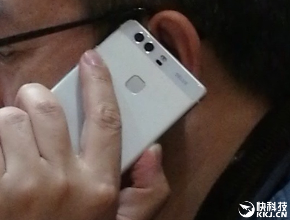 Huawei-president-plays-with-a-dual-camera-phone-that-could-possibly-be-the-Huawei-P9