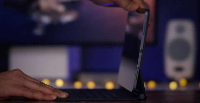 Magic Keyboard for iPad Pro Top Features opening hinge