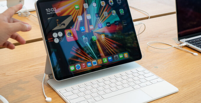Hands-on สัมผัสเครื่องจริง iPad Pro M1 12.9 นิ้ว พร้อม Magic Keyboard สีขาวสวยละมุน